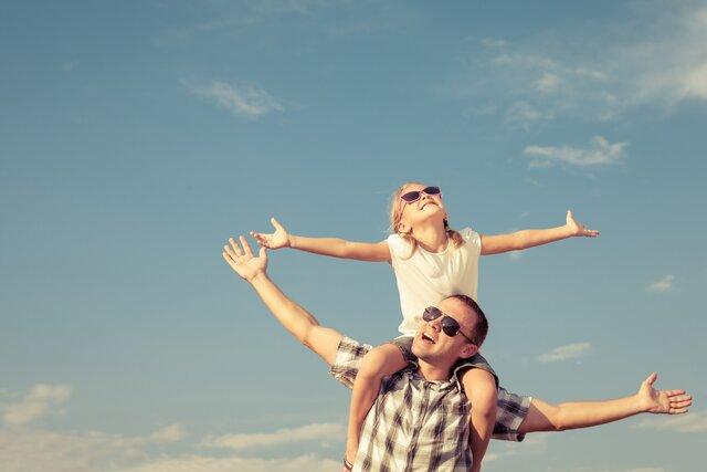 Vater und Tochter beim sorgenfreien Auslandsaufenthalt