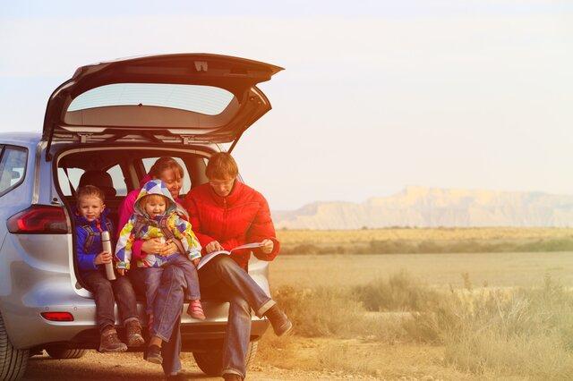 Sorgenfreie Familie im Auto beim Auto