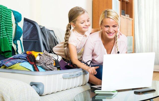 Tochter und Mutter buchen die Reisestornoversicherung