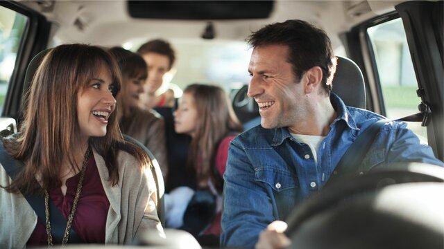 unbesorgte Familie unterwegs im Dacia Lodgy