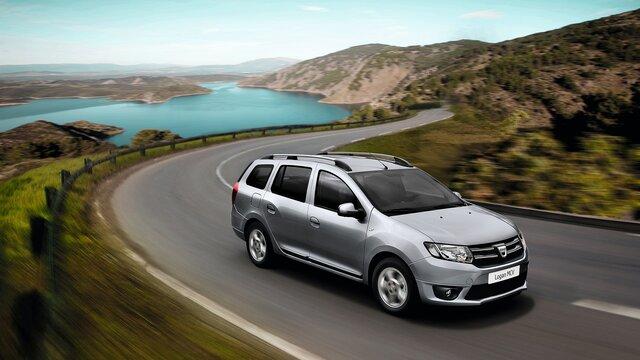 Dacia Logan MCV unterwegs auf einer Küstenstraße