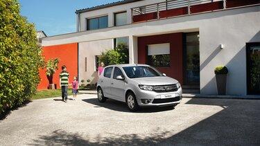 Familie bei Einsteigen in den Dacia Sandero