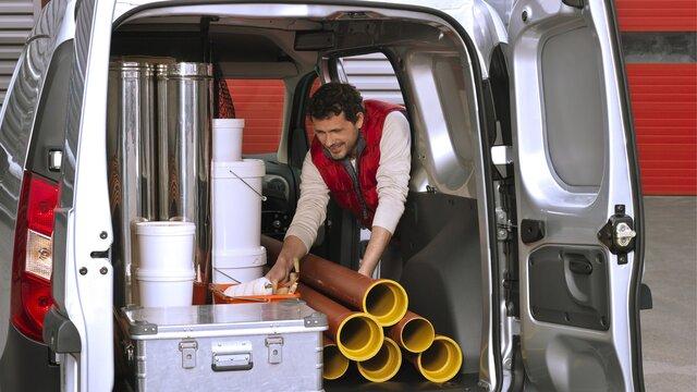 Mann belädt einen Dacia Dokker Van