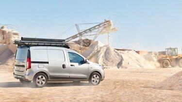 Dacia Dokker Van fährt durch eine Baustelle