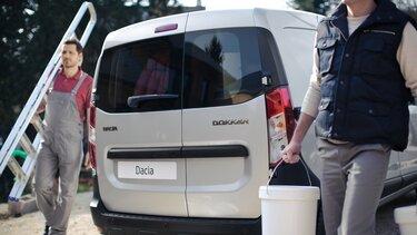 Dacia Dokker Van wird mit Eimern beladen