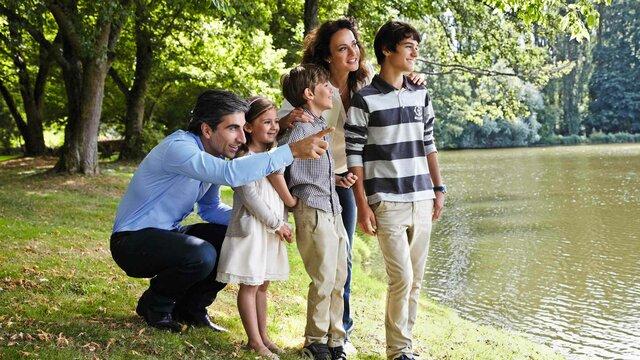 Tagesausflug einer Familie an den See