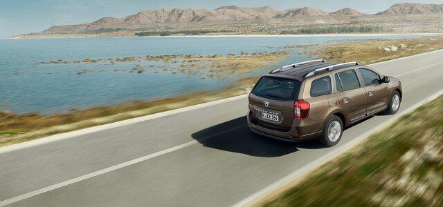 Dacia Logan MCV  unterwegs  auf einer Straße einlang des Meers