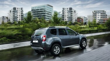 Dacia Duster auf einen nassen Weg