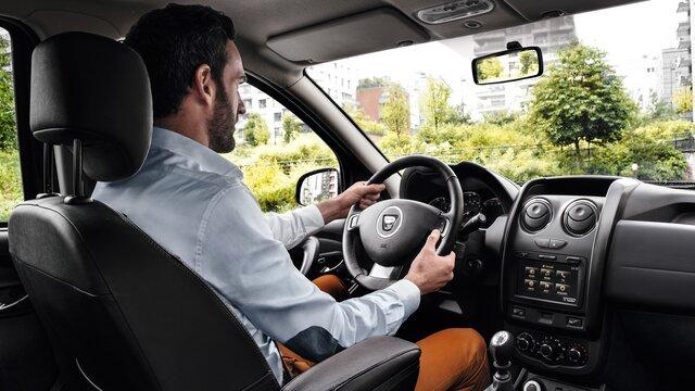 Man unterwegs in einem Dacia Dokker