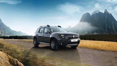 Dacia Duster unterwegs auf einem unbefestigten Feldweg