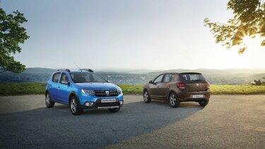 Dacia Sandero und Dacia Duster auf einen Hügel mit Blick in die Ferne