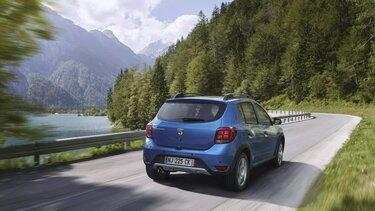 Dacia Sandero - vue arrière sur route de montagne