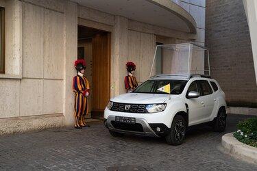 Skupina Renault papežu Frančišku podardila posebno izvedenko Dacia DUSTER