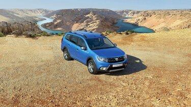 Kombi Dacia Logan MCV auf deinem Hügel mit einer Schlucht im Hintergrund