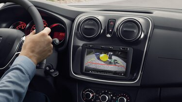 Kontrola vzdálenosti za vozidlem při parkování a zadní parkovací kamera vozu Logan