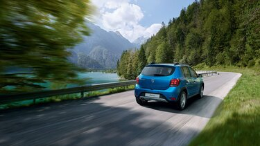 Dacia Duster blauw in bergen