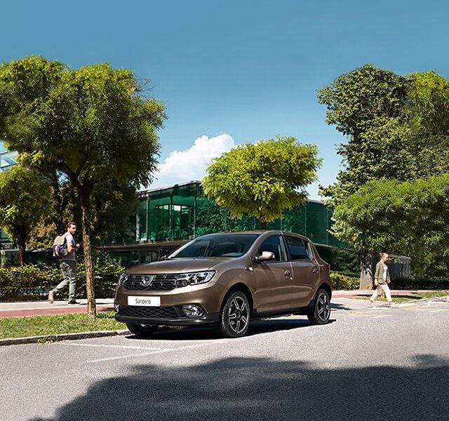 Frontansicht eines Dacia Sandero auf einem Parkplatz in der Stadt