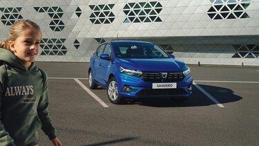 Dacia Sandero buiten parkeren