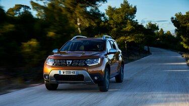Dacia DUSTOR oranje op de weg