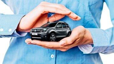 mężczyzna obejmuje samochód dłońmi