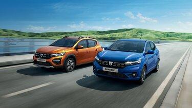 Nowa Dacia Sandero w kolorze niebieskim i pomarańczowym, jadąca po trasie