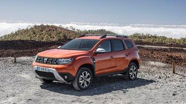 Oranžni Dacia Duster v naravi