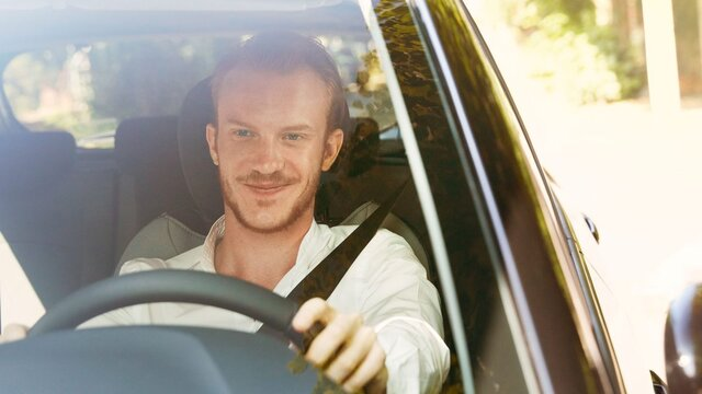 Mann vor dem Steuer eines Renault Fahrzeuges