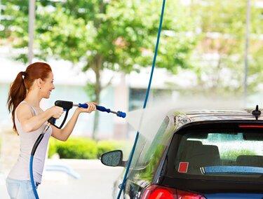 Frau wäscht Auto