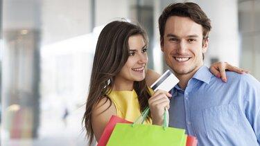 Ein Pärchen bei einkaufen