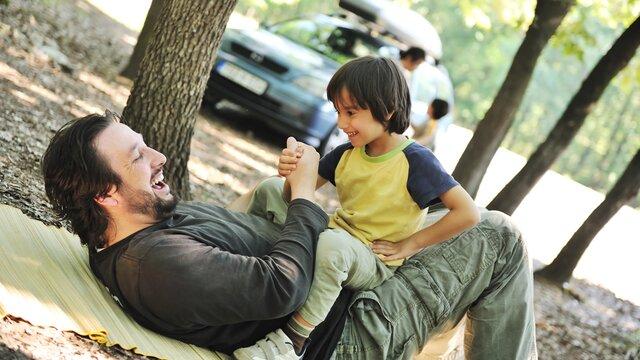 Vater und Sohn machen einen Familienausflug mit dem neuen Renault