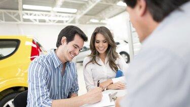 Ein Paar unterzeichnet ihren RENAULT Finance Kredit