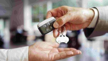 Representación de la entrega de las llaves de un vehículo