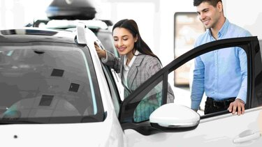 Mujer abriendo puerta de su vehículo
