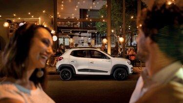pareja viendo vehículo