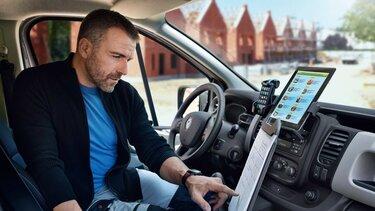Hombre leyendo al interior de un automovil
