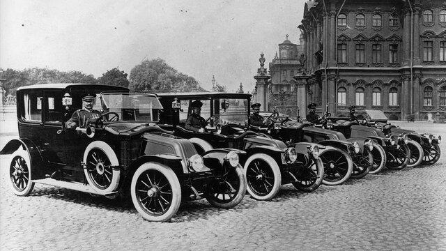 Die ersten Renault Fahrzeuge mit vier angetriebenen Rädern rollen 1923 aus dem Werk in Billancourt