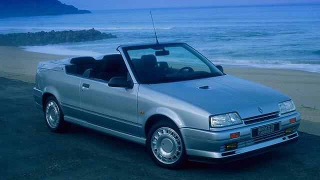Der kultig-kompakte Cabrio Renault 19 am Strand