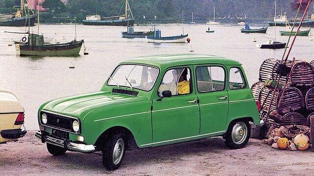 Grüner Renault 4 parkt am Hafen