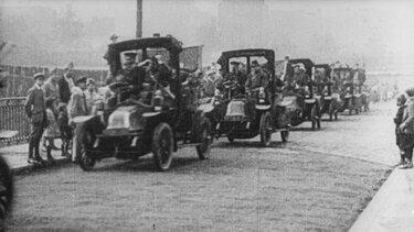 Mehrere Renault Fahrzeuge am Straßenrand während des ersten Weltkrieges