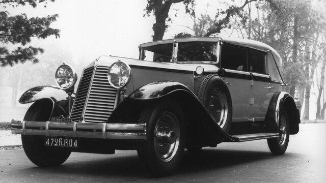 Renault Wagen fährt auf der Straße in der Nachkriegszeit