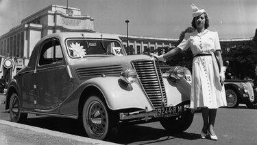 Dame angelehnt an Renault Fahrzeug während der Weltwirtschaftskrise