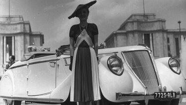 Frau vor Renault Wagen während des zweiten Weltkrieges