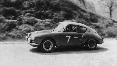 Renault Wagen fährt auf der Straßen zwischen 1951 und 1960