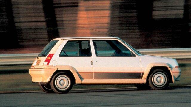 Weißer Renault 5 fährt auf der Straße