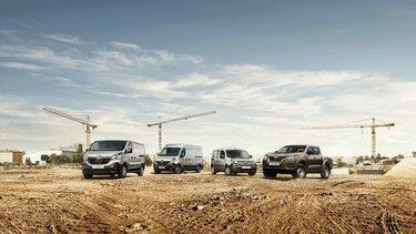 Graue Renault Master, Trafic, Kangoo und brauner Renault Alaskan stehen auf einer Baustelle