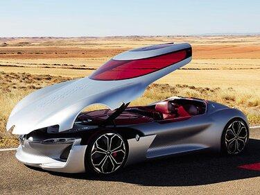Renault Concept Car parkt mit offener Haube am Straßenrand in der Wüste