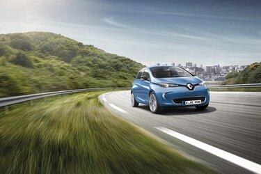 Blauer Renault ZOE fährt auf der Straße