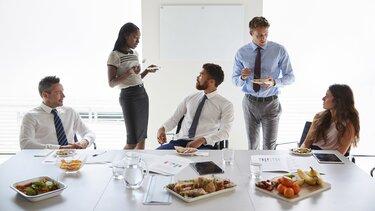 Fünf Mitabeiter unterhalten sich beim Lunch