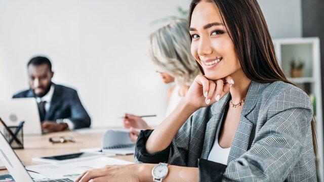 Zwei Frauen und ein Mann an ihrem Arbeitsplatz
