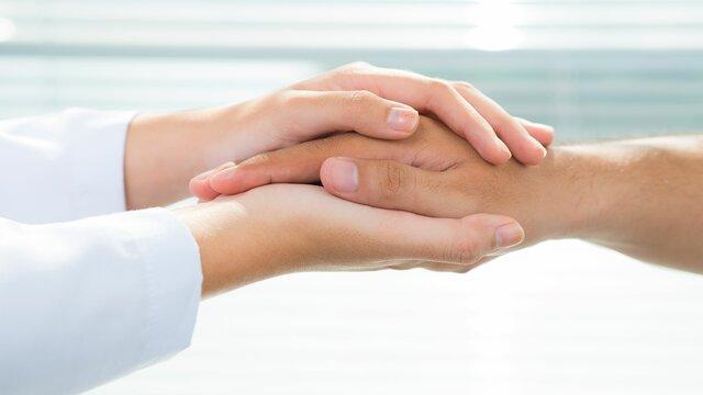Drei Hände berühren sich